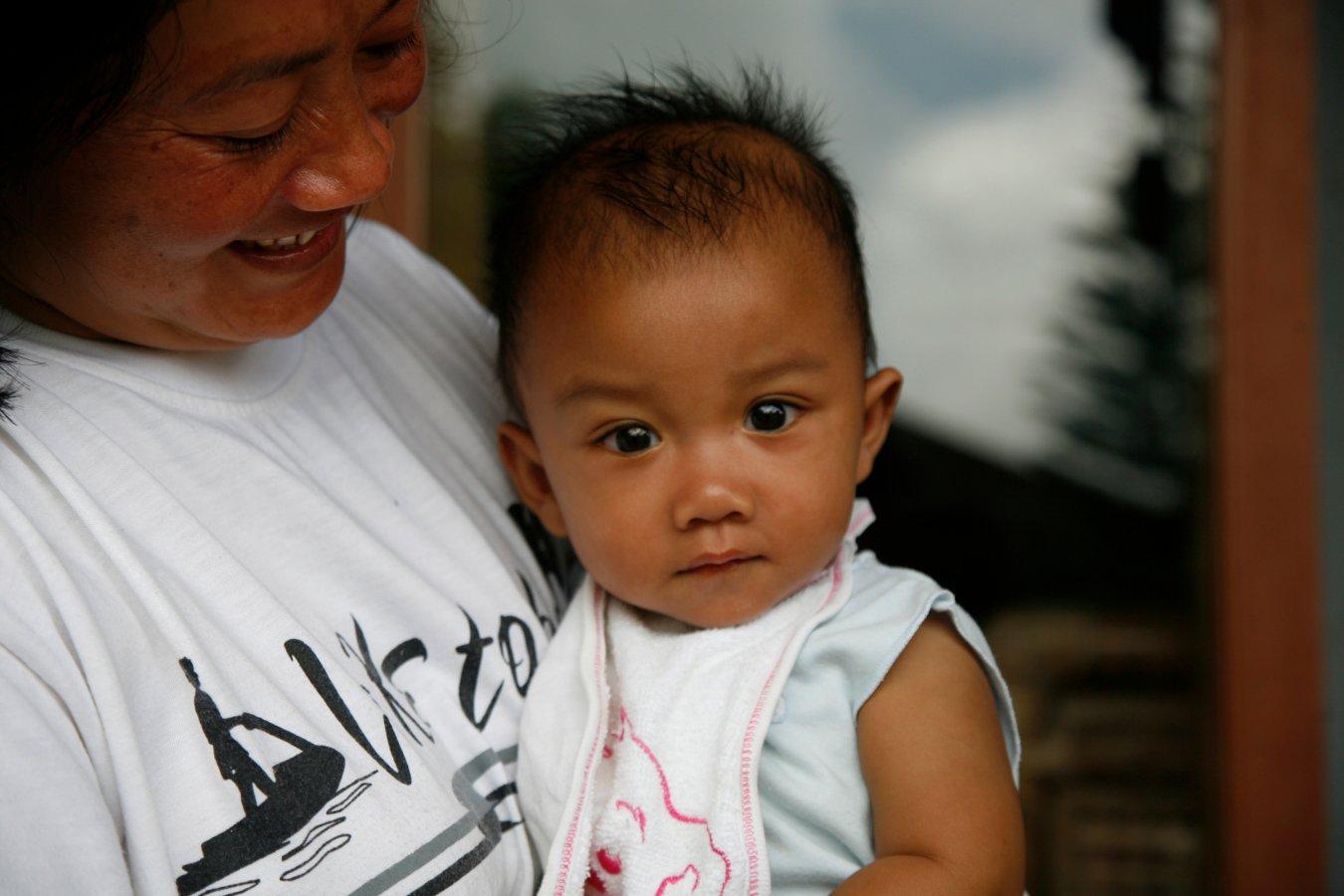 Un enfant et sa maman SOS dans l'un de nos villages d'enfants en Indonésie.