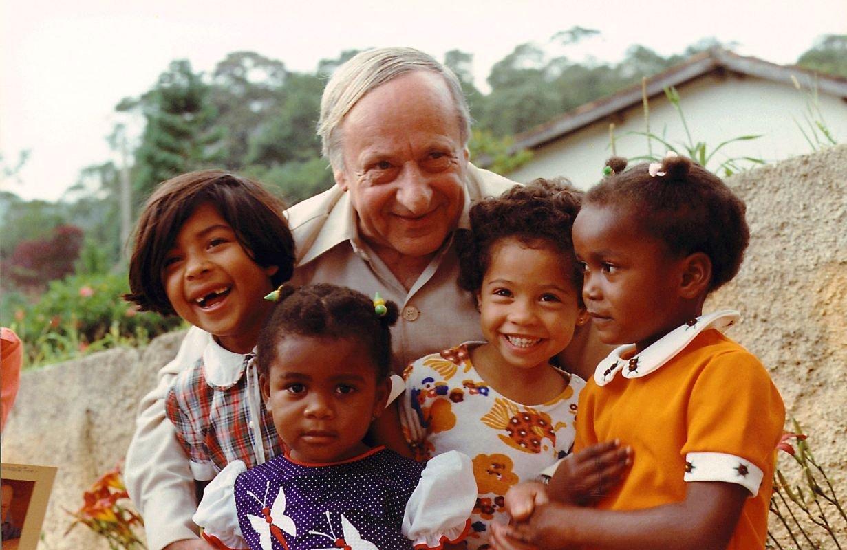 Notre fondateur, Hermann Gmeiner, en visite dans un village d'Enfants SOS