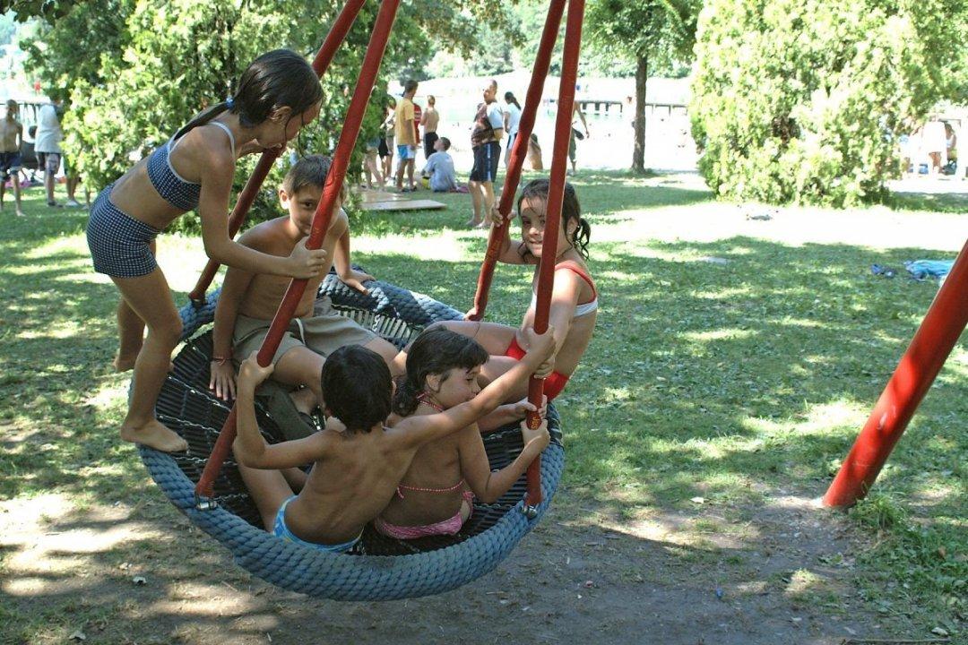 Kinderen op schommel